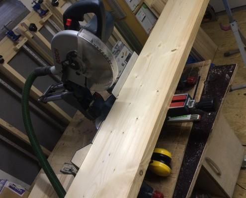 Bretter für Tischplatte werden zugeschnitten