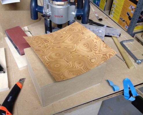der Bogen Furnierholz wird zunächst zurechtgeschnitten.